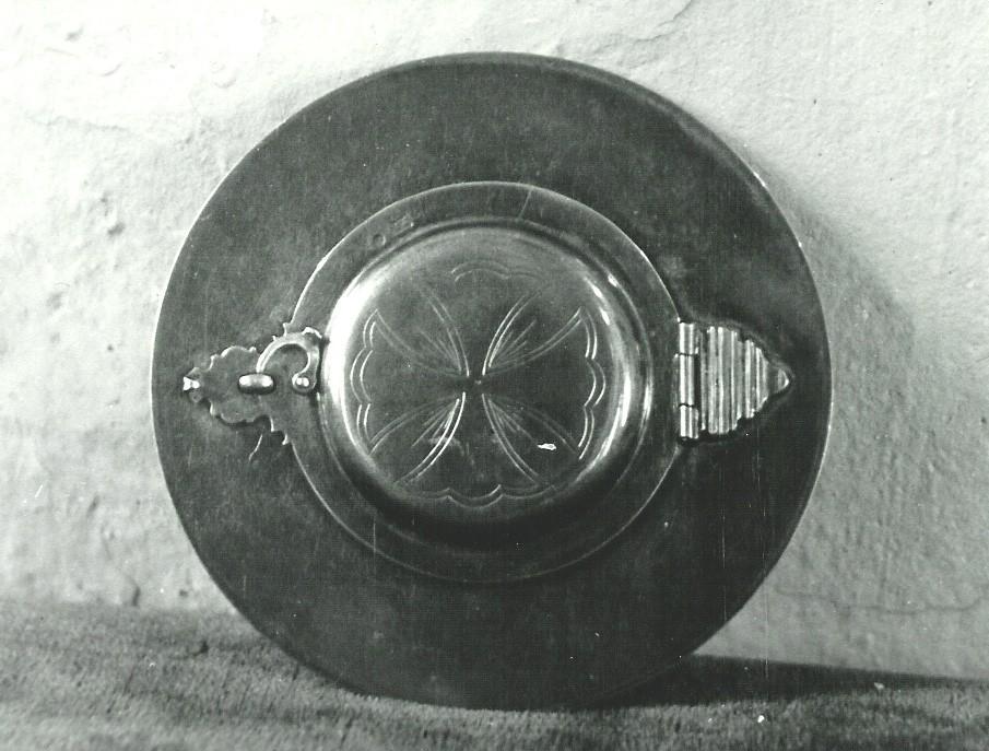 Oblaatide toos. 19. saj. (valge metall, graveeritud). Foto: Paul Sorokin, 1977