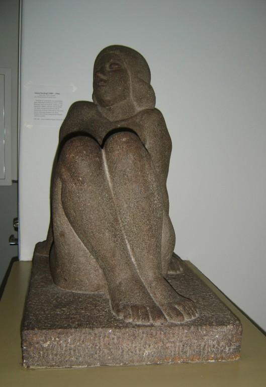 """Skulptuur """"Istuv naine"""", A. Starkopf, 1938 (graniit) Foto: Sirje Simson 06.09.2006"""