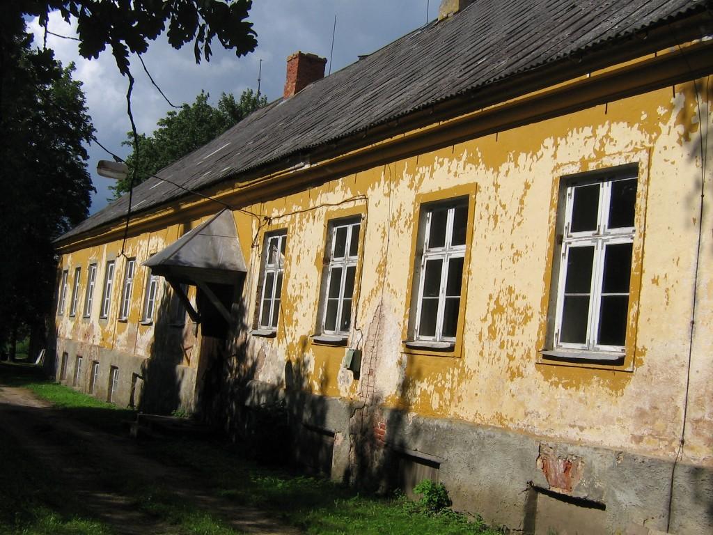 Hoone tagafassaad. Korstna ülemine serv on kahjustunud. 13.07.2011 Viktor Lõhmus