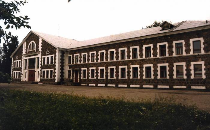 Sompa kaevanduse hoone. Foto: J. Vali. 17.08.1996