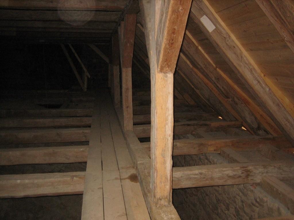Karja kiriku võlvide peal, puitkonstruktsioonide rest. Foto. S. Konsa, 2011 sept.