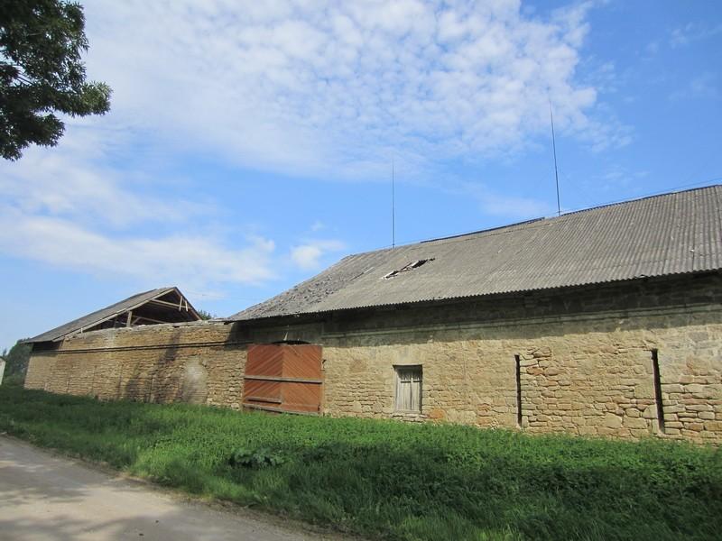 16103 Vao mõisa rehi, keskel näha 20010-2011-talvel sissevarisenud katuseosa. 16.08.2011,  Anne Kaldam
