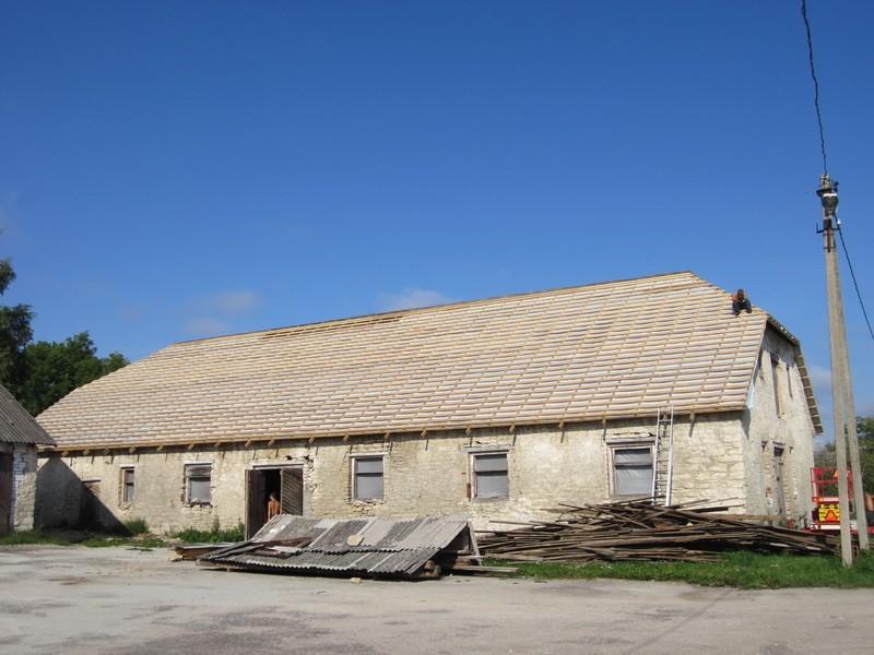 16094 Vao mõisa tall-tõllakuur, käivad katuse remonttööd. 16.08.2011, Anne Kaldam