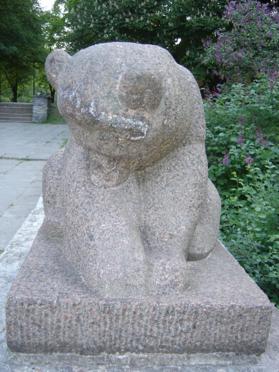 """Skulptuur """"Karu"""". E. Roos, 1939 (graniit) Foto: Sirje Simson 15.06.2006"""