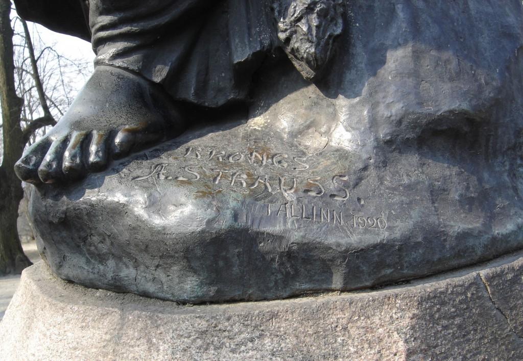 "Monument ""Linda"". A. Weizenberg, 1920 (pronks, graniit). Detailvaade (valaja signatuur) Foto: Sirje Simson 05.02.2006"