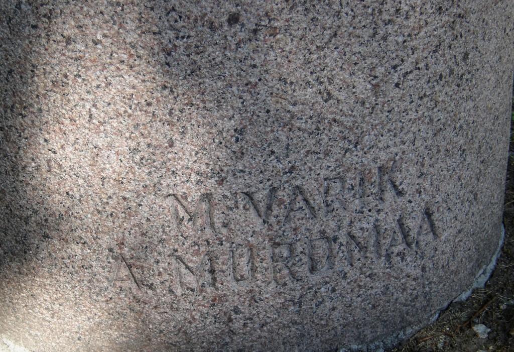 Ernst Peterson-Särgava monument. M. Varik, arh. A. Murdmaa, 1985 (graniit). Detailvaade (signatuurid) Foto: Sirje Simson 15.06.2006