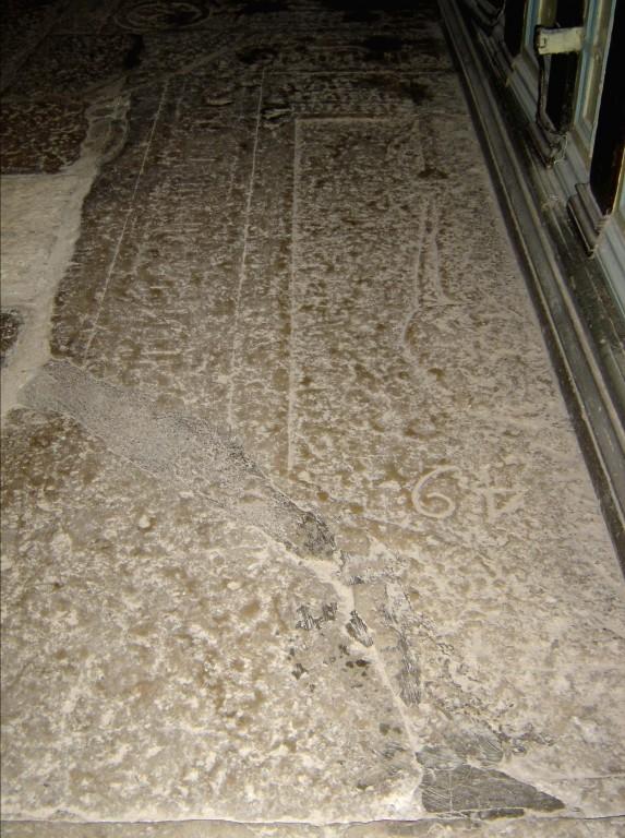 Hauaplaat piiskopi figuuri ja gooti minuskeltekstiga. 15. saj. (paas). Foto: Sirje Simson 11.03.2006