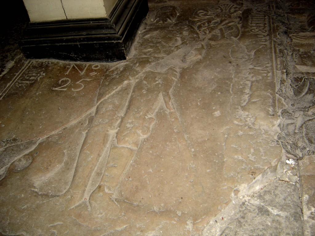 Von Taube hauaplaat figuuriga, vapiga, gooti minuskeltekstiga. Umb. 1562 (paas). Foto:  Sirje Simson 31.03.2006