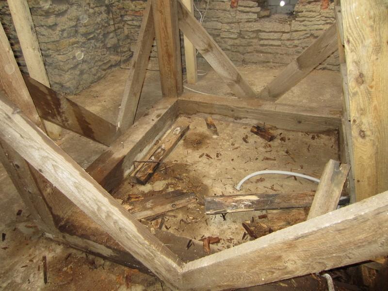 15931 Sagadi mõisa väravahoone, käivad remont-resttööd. 20.10.11. Anne Kaldam, vaade torni kandekonstruktsiooni pehkinud osale