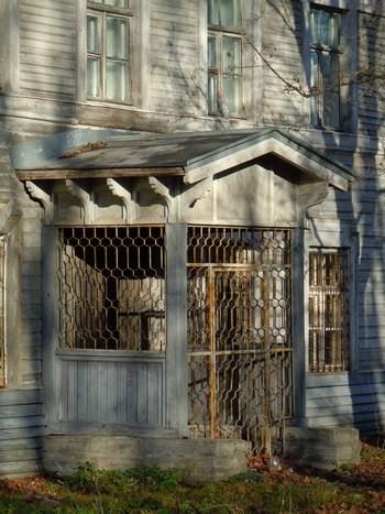 Lahtine eeskoda Kreenholmi juhtkonna vana hoone tagafassaadil. Foto: Madis Tuuder. 10.11.2011