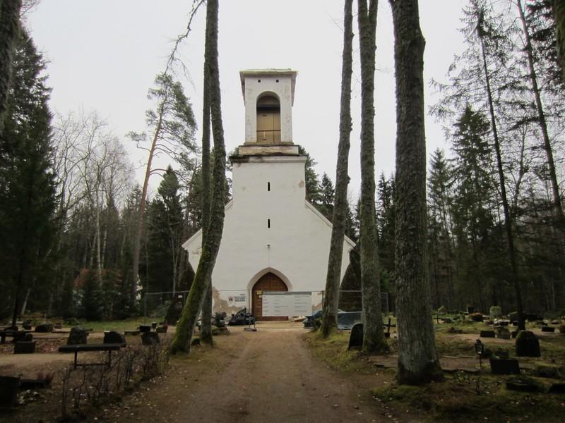 Esku kalmistu, reg. nr 5797. Vaade esku kabeli remonttöödele. Foto: Anne Kaldam, kuupäev 11.11.11