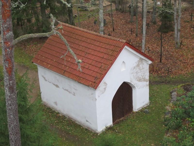 Esku kalmistu, reg. nr 5797. Vaade kabeli tornist kuurile. Foto: Anne Kaldam, kuupäev 11.11.11