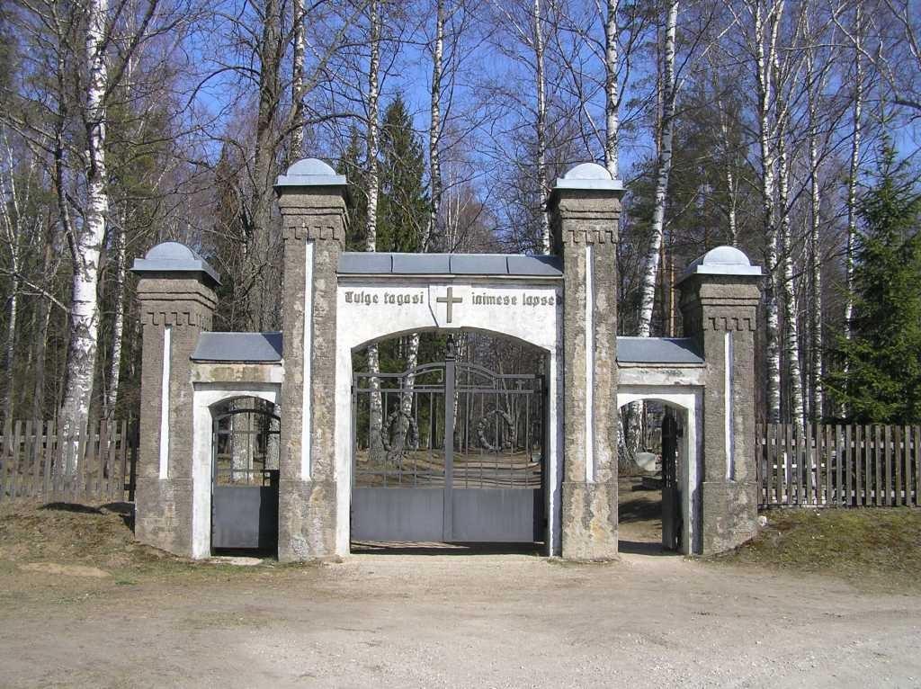 Kalmistu värav väljast  Autor Martti Veldi  Kuupäev  28.03.2007