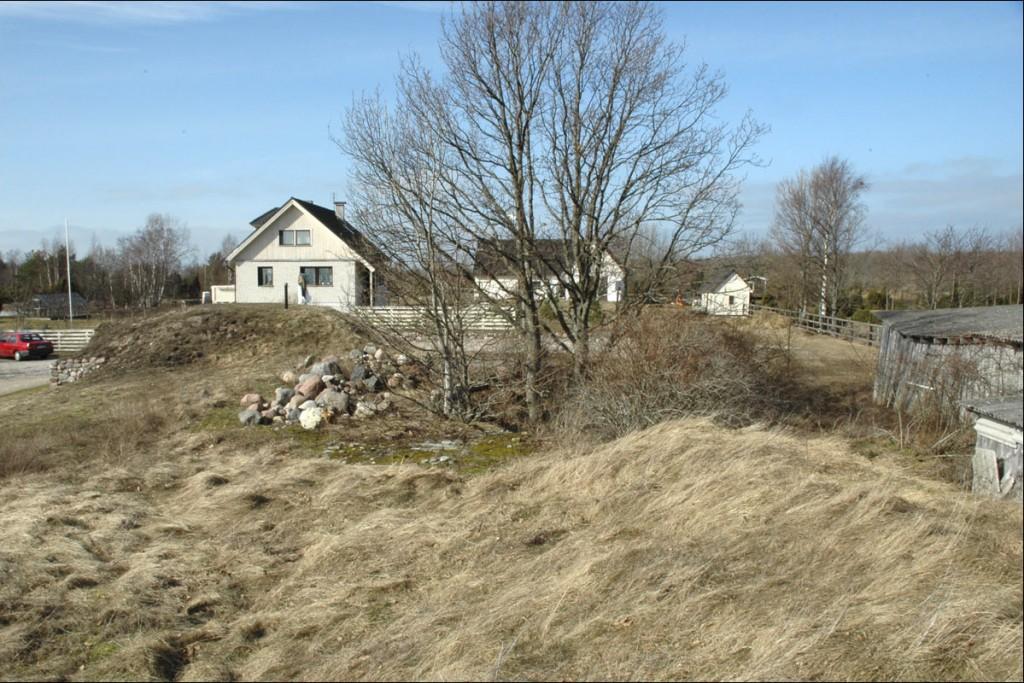 Kolmas kahurialus on majaehituse käigus täielikult pinnasega täidetud. Asukoht tagaplaanil paistva elamu ja abihoone vahel  Autor M. Mõniste  Kuupäev  20.03.2007