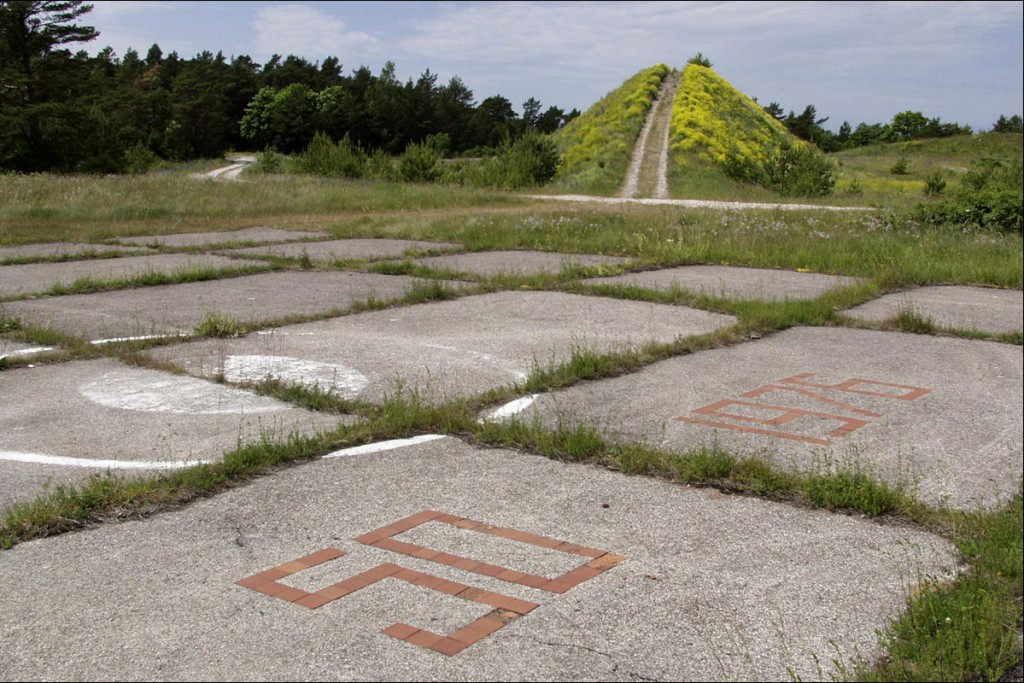 Kopteri maandumisplats, taga suur radarimägi  Autor M. Mõniste  Kuupäev  29.06.2003