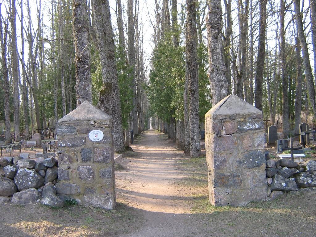 Halliste kalmistu peavärav Foto Anne Kivi 30.03.2007
