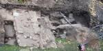 Anija mõisa peahoone idatiiva ees avastati 17.10.2012 uue kanalisatsioonitorustiku rajamise käigus olemasolevast peahoonest varasema(te) ehitis(t)e jäänused. Arheoloogiliste uuringute käigus puhastati välja vundamente, seinu, mitme eriaegse ahju fragmente, üks paekivist võlv. Paljandus ka müüridest veelgi varasem 14. saj kultuurkiht (elutegevuskiht). Foto: Kahrut Eller (Agu EMS OÜ), 25.10.2012.