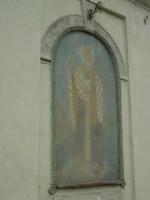 Seinamaaling kiriku seinal ja selle kohal olev olilambi hoidja. Foto: R. Peirumaa, 30.07.2013