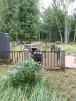 Vaade Halliste kalmistu sisemisele väljapuhastatud vanale piirdemüürile Foto Anne Kivi 30.07.2013