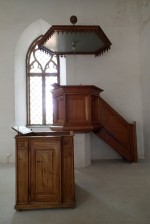 Kantsel, 19.saj. I pool (puit, õlivärv), reg. nr. 17017. Kantsel vajab restaureerimist, kantsli trepp on katki. Foto: M.Abel, kp. 30.07.13