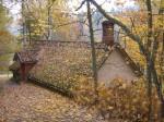 Kuivati on ehitatud mäe sisse , ülevalt nähtav vaid puulehtedega kaetud katus 11.10.2013 Viktor Lõhmus