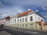 15736 Elamu Rakveres, Tallinna t. 5, vaade idast Tallinna tänavalt, täna hoones Rakvere Linnavalitsus  foto: Anne Kaldam 27.06.2014