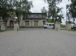 15722 Rakvere mõisa peahoone ja teatrihoone, vaade teatri õuest väravapostidele ja teesulguritele, Foto Anne Kaldam 01.07.2014