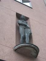 """Skulptuurid «Ilu» ja «Töö», J. Raudsepp, 1937 (pronks). Skulptuur """"Ilu"""". Foto: V. Leitsar, 12.09.2014"""