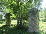 mõisa ajaloolise majandussissepääsu ääres asunud talli väravapostid on säilinud.