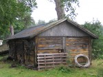 Kaarli talu puukuur :15925 vaade otsaseinale, taamal kelder ja elamu  Autor Anne Kaldam  Kuupäev  16.08.2008