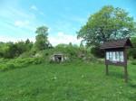 Sepa küla keldrite kobar. Paigaldatud 2015 talgute käigus infotahvel. Foto: Rita Peirumaa, 15.07.2015