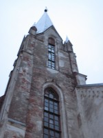 Autor: Sille Raidvere Kuupäev: 09.11.2015 Kiriku lõunaküljel, irdunud krohv.  Eelmine krohvimine toimus aastal 1996.