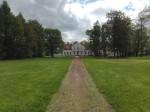 Koigi mõisa park, vaade esiväljakult peahoone suunas. Foto: K. Klandorf 17.05.2016.