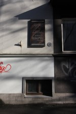 Riho Pätsi mälestustahvel hoone seinal. Foto: Timo Aava