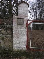 Pada mõisa piirdemüürid :16031, vaade väravapostile põhjapoolses osas   Autor Anne Kaldam  Kuupäev  23.03.2007