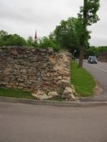Vana mõisa piirdemüüri varingud  Vaade lääne poolt.  Autor Sille Raidvere  Kuupäev  29.05.2014