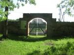 Võisiku mõisa kalmistu värav seestpoolt ning infotahvel.  Aeg: 17.06.2016 Foto: Sille Raidvere