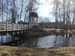 Väätsa mõisa park, vaade pargi paviljonile ja tiigile, taustal Väätsa mõisa karjalaut. Foto: K. Klandorf 04.04.2017.