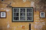 A.M.Luther Vineeri- ja Mööblivabriku töötajate elamu Vana-Lõuna t. 35. Trepikojaaken tagaküljel. 09.11.2017. Foto: Timo Aava