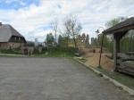 Vaade kagust Piiri kõrtsile, Vastseliina linnusele ja nende vahele rajatava Palverändurite maja ehitusplatsile. Foto Mirja Ots, 23.05.2017