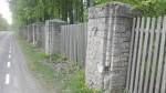 Aruküla mõisa pargi piirdemüür sepisväravaga; konserveeritud piirdeaia postid. Foto: K. Klandorf 17.05.2018.