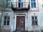 Liigvalla mõisa peahoone. Foto: Raili Uustalu 11.05.2018. Vaade hoonele läänest. Avariiohtlik rõdu ukse kohal. Restaureeritud aknad lagunevad.