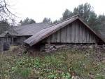 Uustalu kelder. Foto: Raili Uustalu 08.11.2018. Vaade hoone otsaküljele idast. Taamal on talu elumaja.