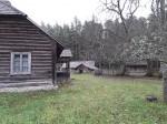 Uustalu kelder. Foto: Raili Uustalu 08.11.2018. Kaugvaade keldrile edelast. Pildil vasakule jääb talu elumaja ning taamal on vasakul laut ja paremal kaheruumiline ait.