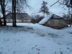 Udriku mõisa kelder. Foto: Raili Uustalu 07.12.2018. Kaugvaade hoonele lõunast. Taamal vasakul Udriku mõisa karjalaut 1.