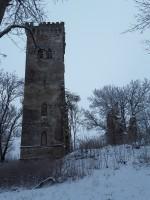 Lehtse mõisa peahoone varemed. Foto: Raili Uustalu 20.12.2018. Vaade säilinud tornile ja seina fragmendile põhjast.