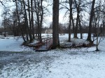Udriku mõisa park. Foto: Raili Uustalu 07.12.2018. Vaade saarele, veekogule ja sillale. Taamal on Udriku mõisa viinavabriku varemed.