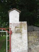 Pada mõisa piirdemüürid :16031, vaade põhjast piirdemüüri väravatele, läänepoolne väravapost. autor Anne Kaldam