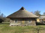 Vaade Korsi talu pikkmaja lõunapoolsele otsaseinale. Foto: Keidi Saks, 02.04.2019