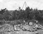 Mäla kivikalme (Ussimätta) põhikonstruktsioonide pildistamine 1985. aastal. [Arheoloogia Eestimaa teedel; J. Selirand; V. Lõugas; Tallinn 1988, lk 198]